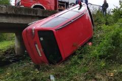 Pojazd po przebiciu barier i upadku z mostu
